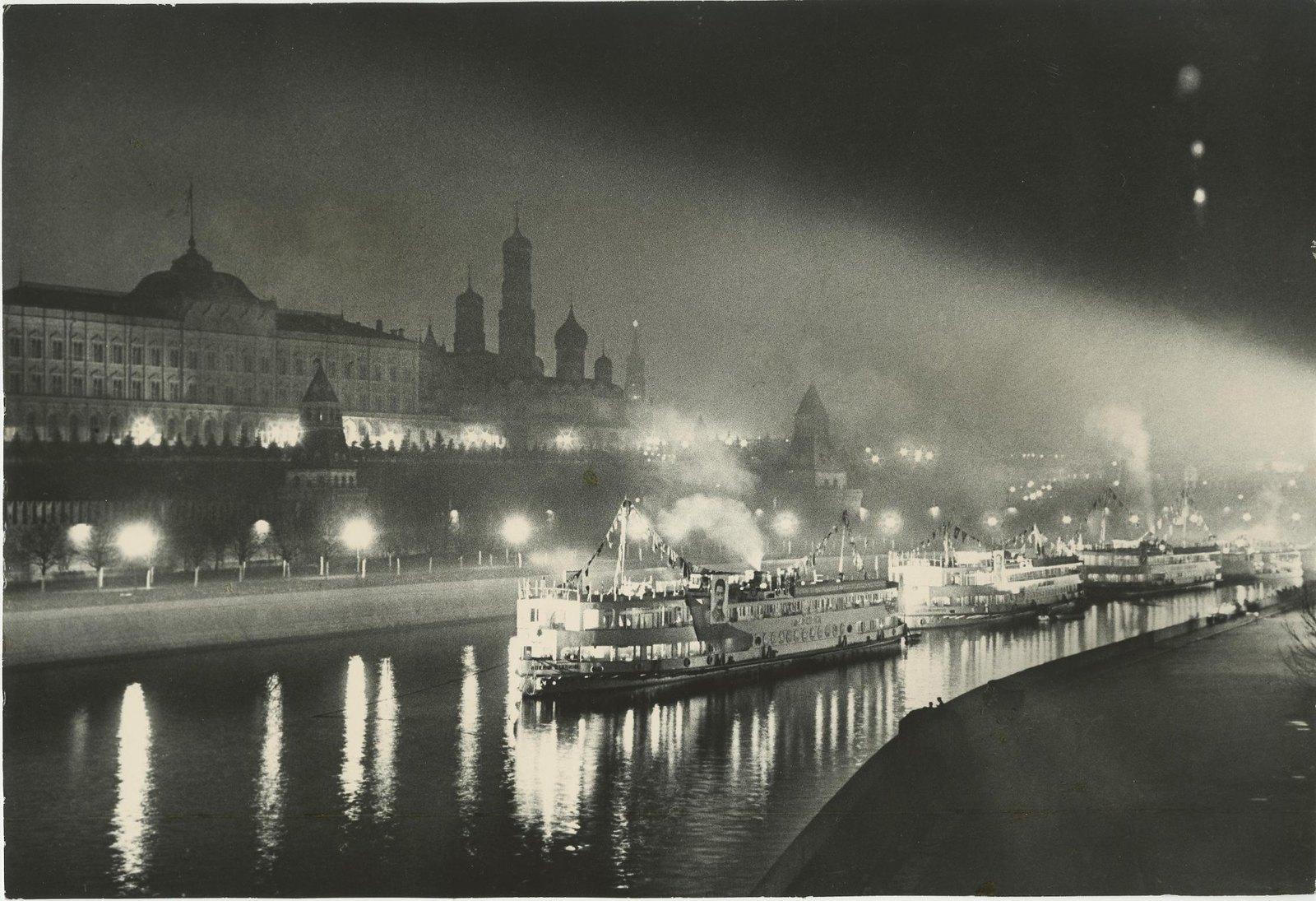 1937. Первые волжские пароходы у стен Кремля