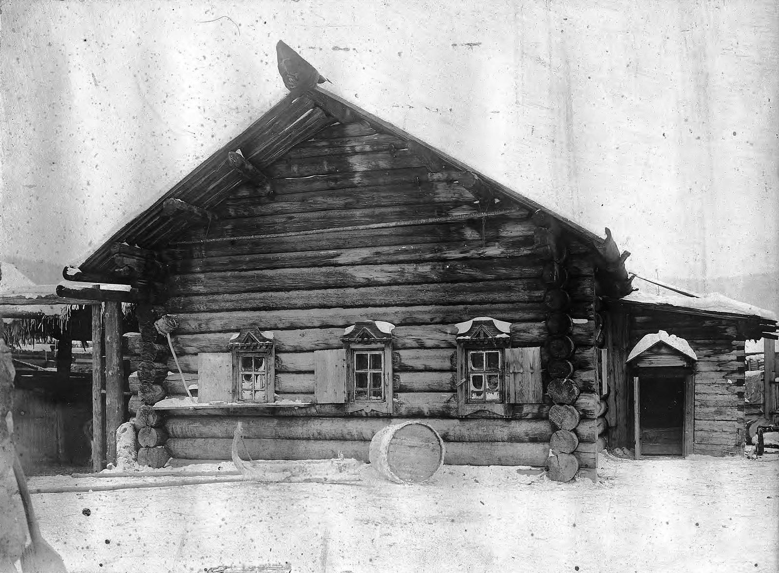 Фасад избы в селе Богучанском Енисейского уезда
