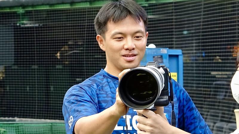 吳念庭賽前把玩攝影師的相機。(圖/西武推特)