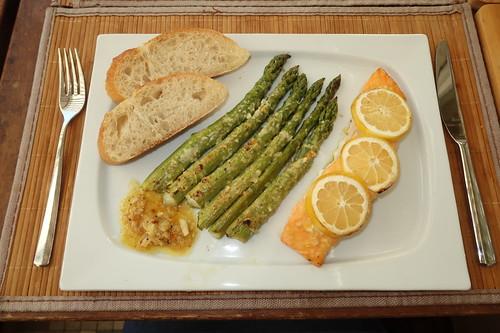 Lachsfilet und grüner Spargel in Honig Senf Marinade mit Ciabatta (mein Teller)