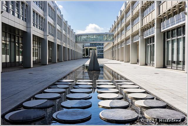 Brunneninstallation: Zwischen Sonnentor und Mondplatz