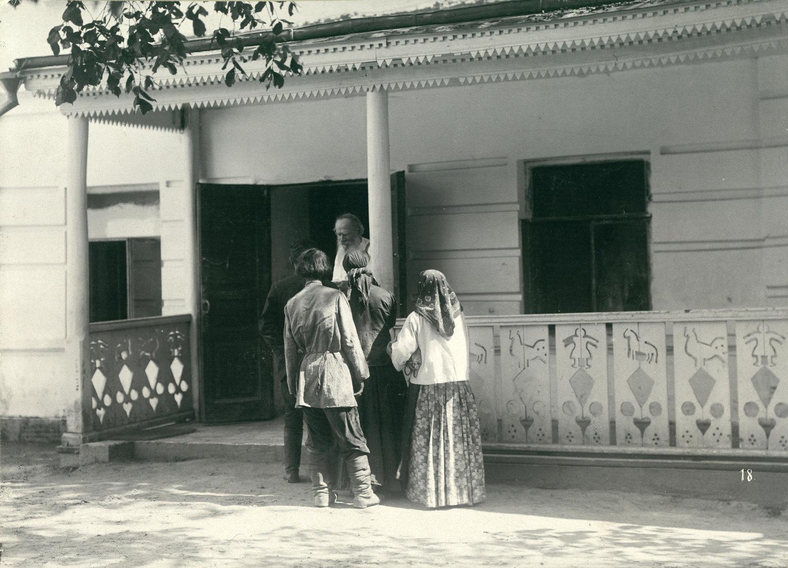 1908. Л.Н. Толстой беседует с просителями-крестьянами