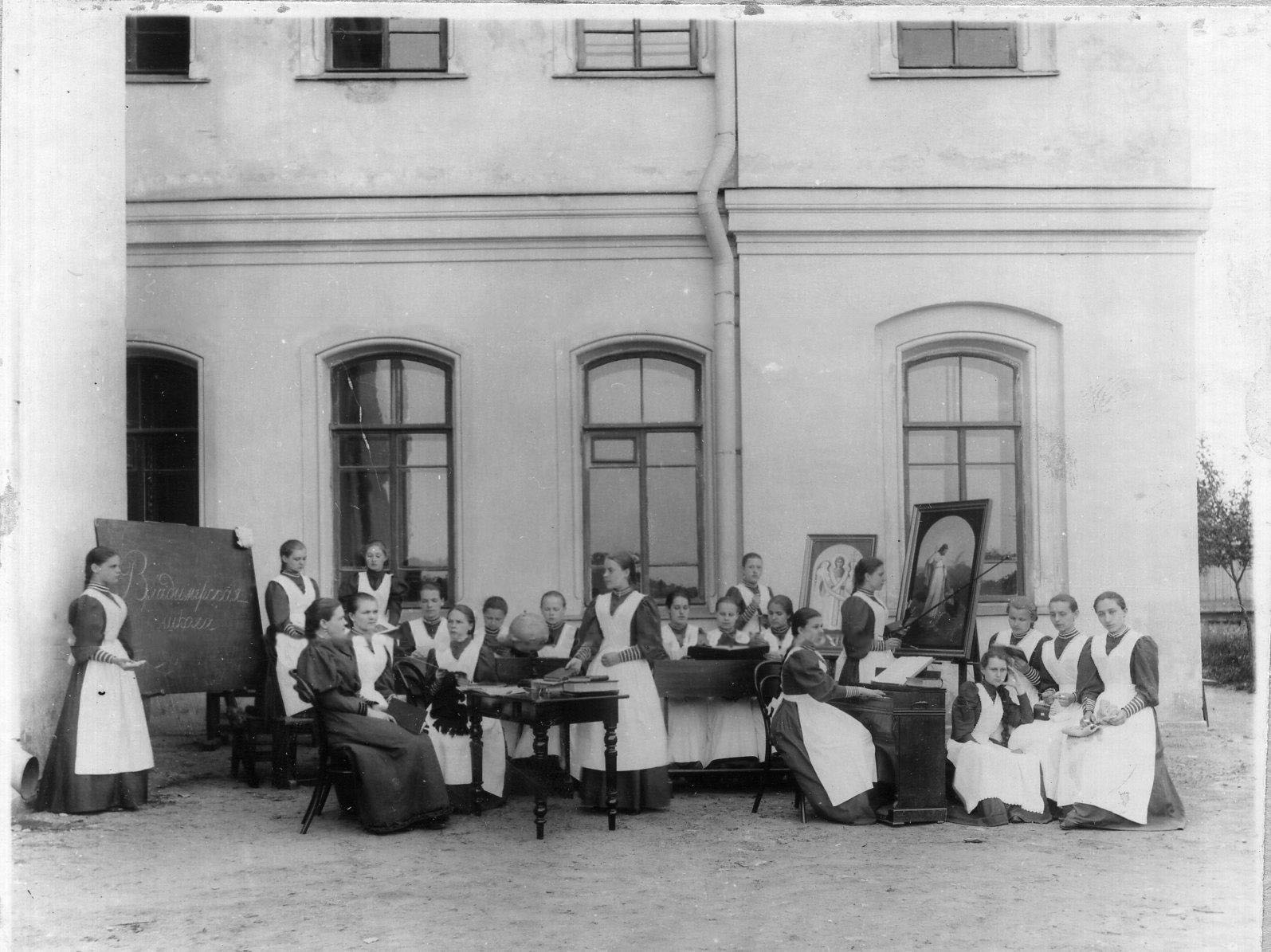 1909. Классное занятие группа учащихся у здания Свято-Владимирской школы