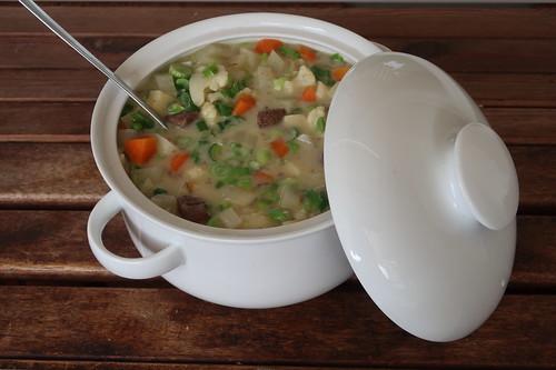 Frühsommerlicher Rindfleischeintopf (Suppenschüssel)