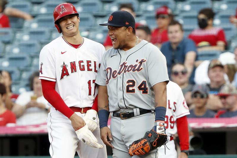大谷翔平在1局下獲四壞球上壘時,與一壘手Miguel Cabrera閒聊,卻被Cabrera「偷桃」動作突襲,只能傻笑。(達志影像)