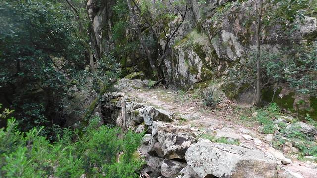 Chemin du Carciara aval (HR21) : arrivée du chemin à la brèche avec ses beaux soutènements (photo Olivier Hespel)