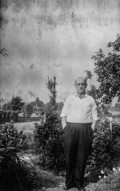 L'home del pati / Man in his garden