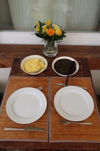 Boeuf Bourguignon zu Kartoffelpüree (Tischbild)