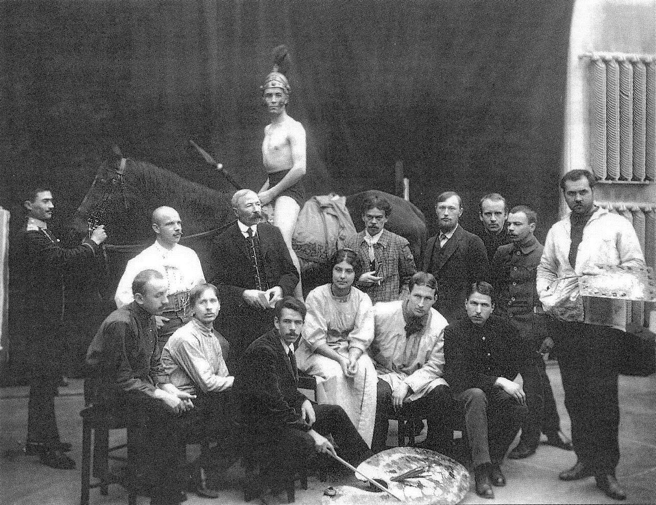 1911. Батальная мастерская. Профессор Н. С. Самокиш с воспитанниками во время занятий