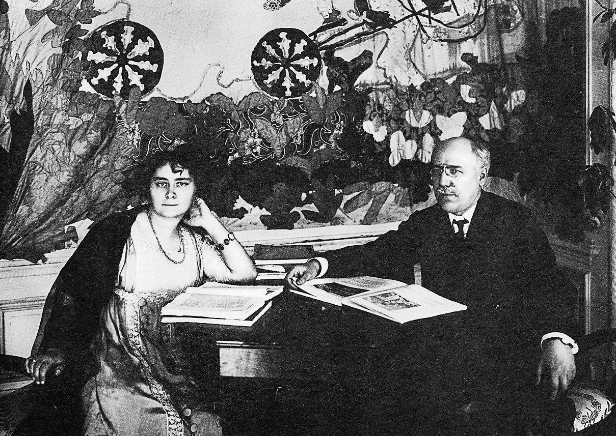 1910-е. Фёдор Сологуб и Анастасия Чеботаревская у себя дома