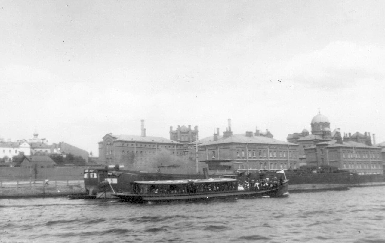 1908. Общий вид зданий Крестов со стороны Невы