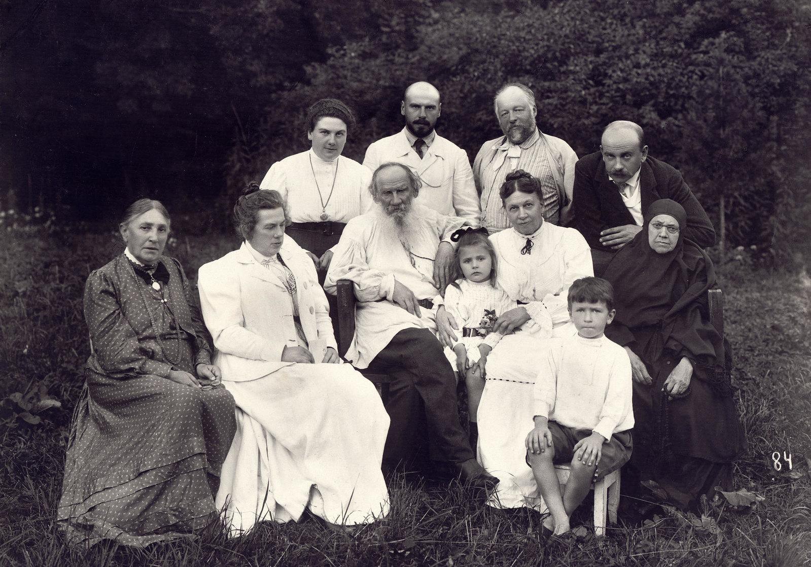 1908. Л.Н. Толстой с родными в парке Ясной Поляны