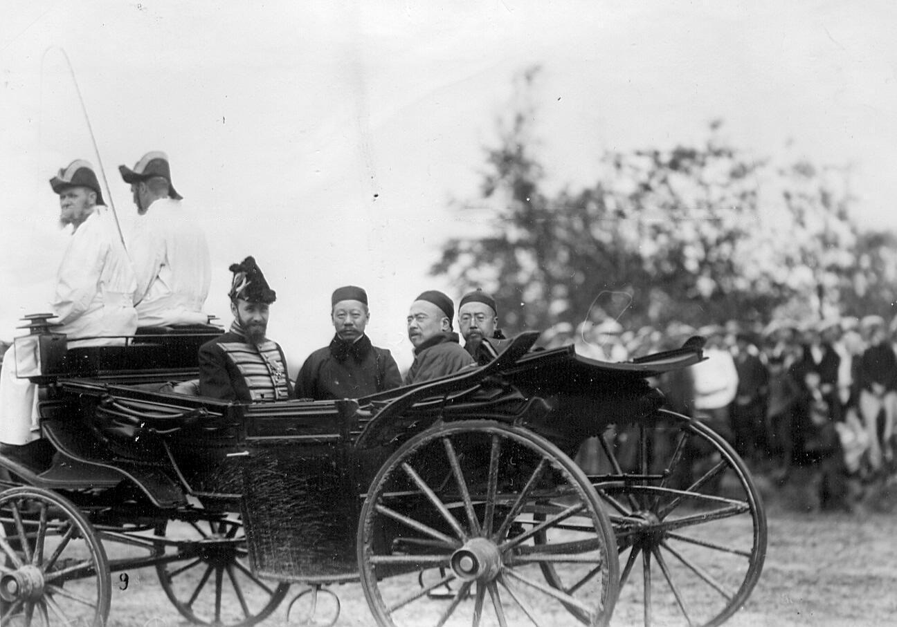 1907. Группа представителей китайской миссии во время смотра новобранцев