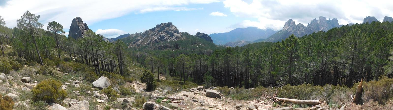 Sur le GR20 : en vue de l'Anima Damnata et du fond de vallée Frassiccia (photo Olivier Hespel)