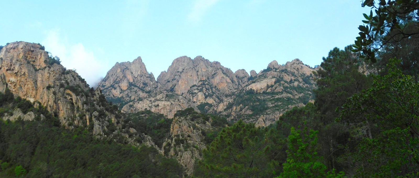 Sur le chemin du Carciara amont (HR22) : panoramique Pta di a Chiave - Pta Velacu - Calanca Murata - Aracale (photo Olivier Hespel)