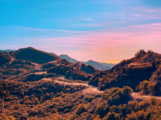 Sunsets, one of the many beautiful reasons to be happy! #California #californiaadventure #calabasaspeak #malibu #hiking #hikingadventures #nature #photography #nature #naturephotography #landscape #landscapephotography #landscapes #stayandwander #igers #g