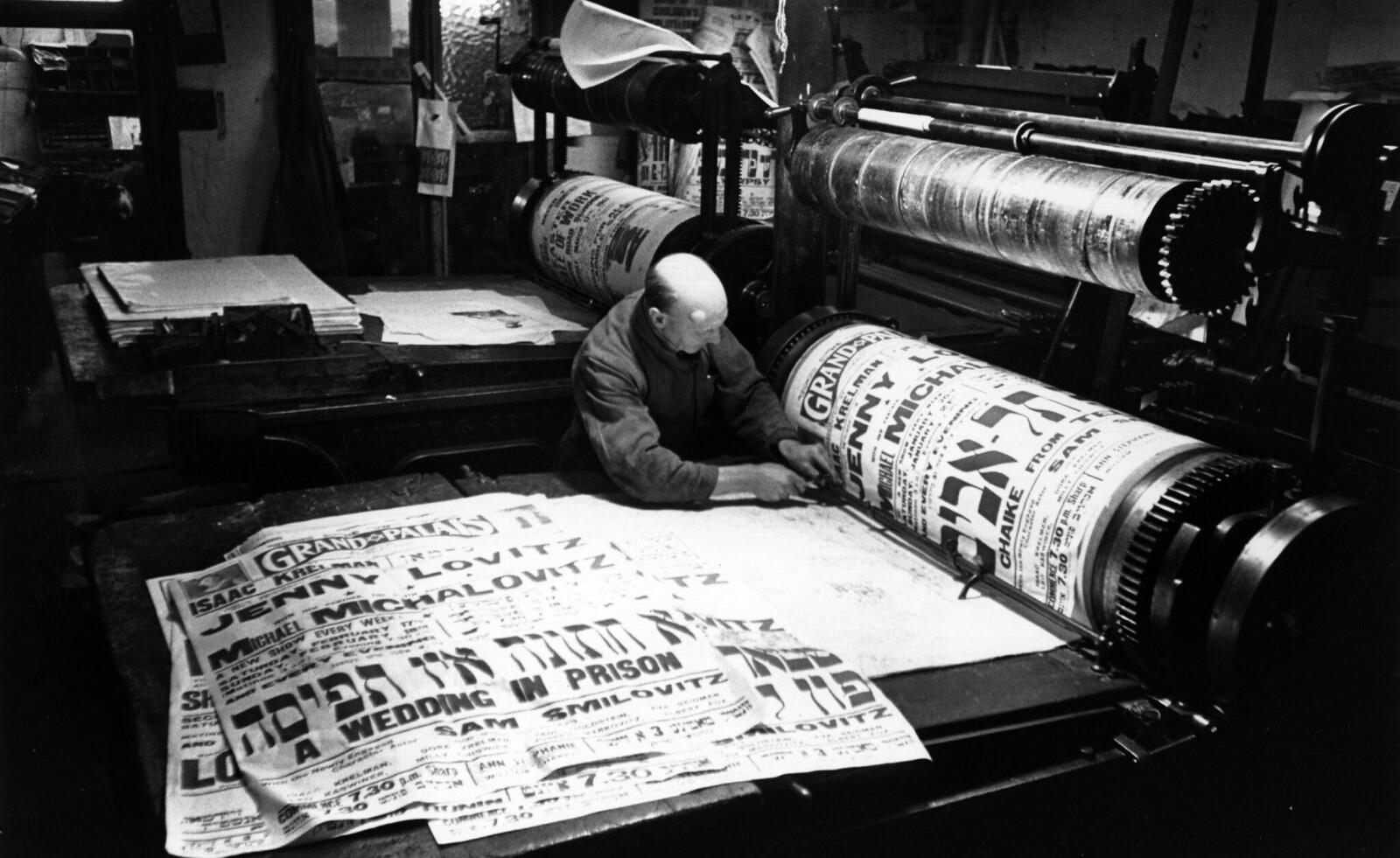 16. Типограф в еврейской общине Уайтчепела печатает плакаты для идишского театра
