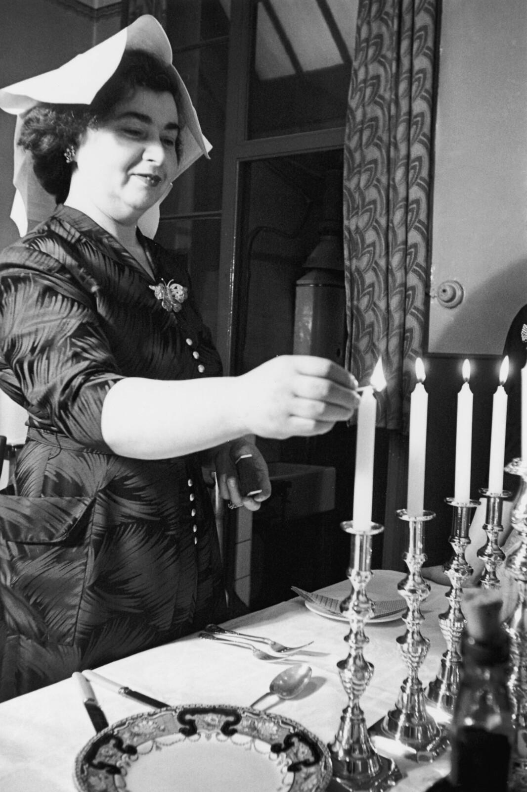 05. Еврейская мать из лондонского района Уайтчепел зажигает субботние свечи во время Песаха
