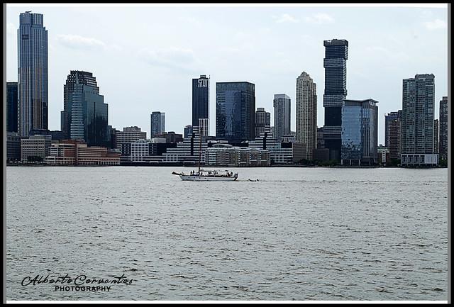 PASEO POR EL RÍO HUDSON. WALK ALONG THE HUDSON RIVER. NEW YORK CITY.
