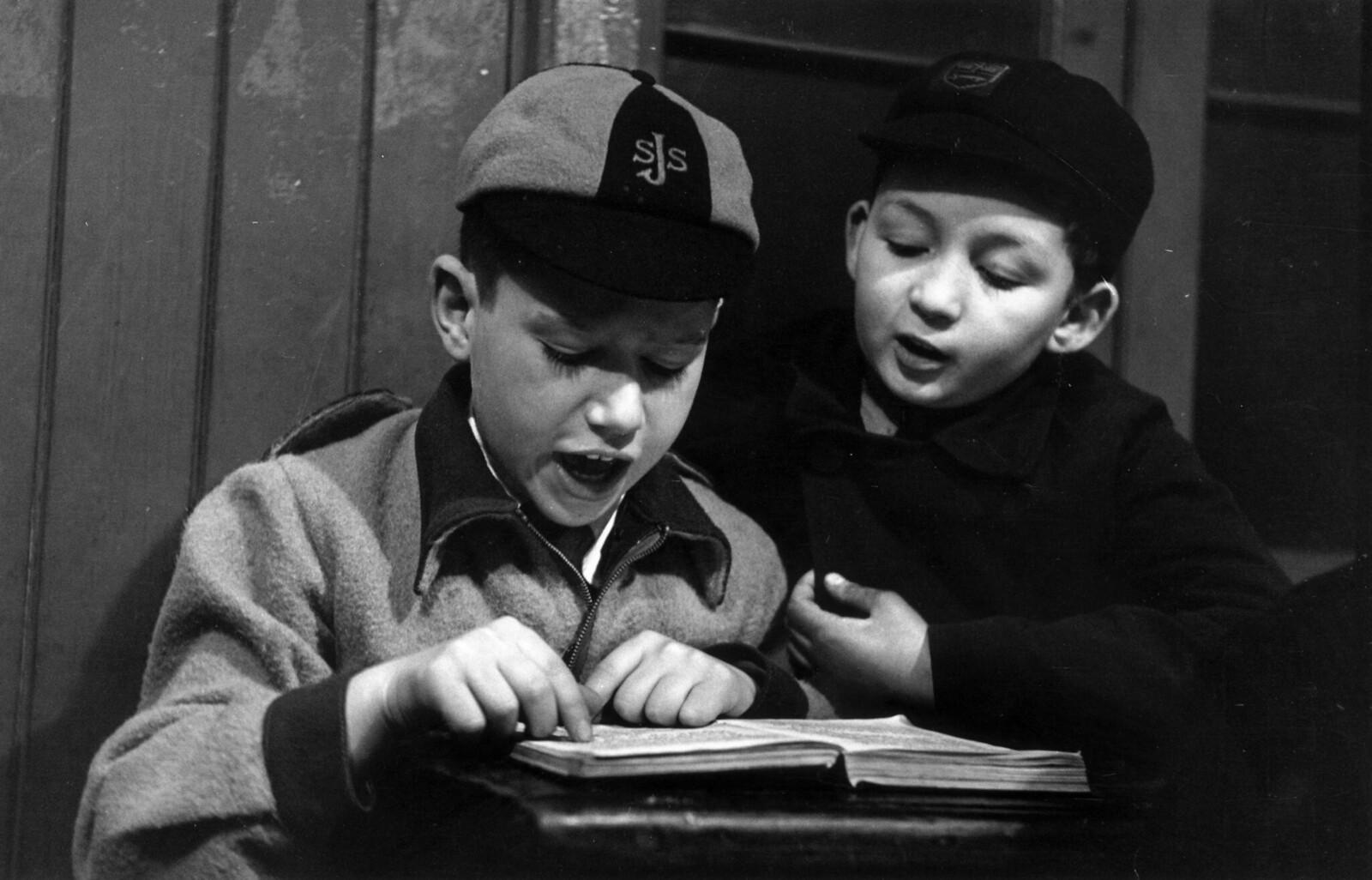 20. Двое учеников в еврейской школе на Редман-роуд в Уайтчепеле