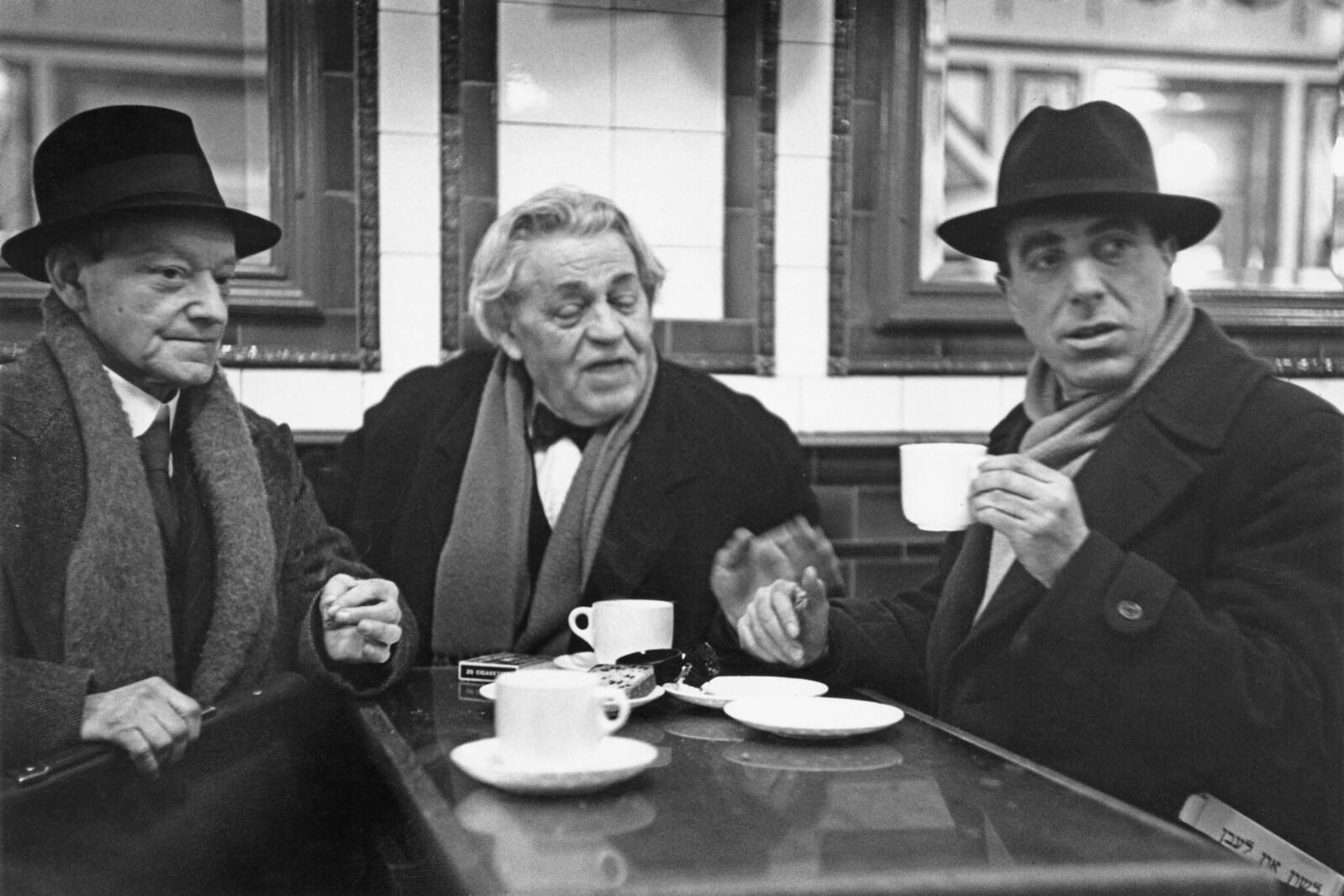 14. Трое евреев пьют чай в Уайтчепеле
