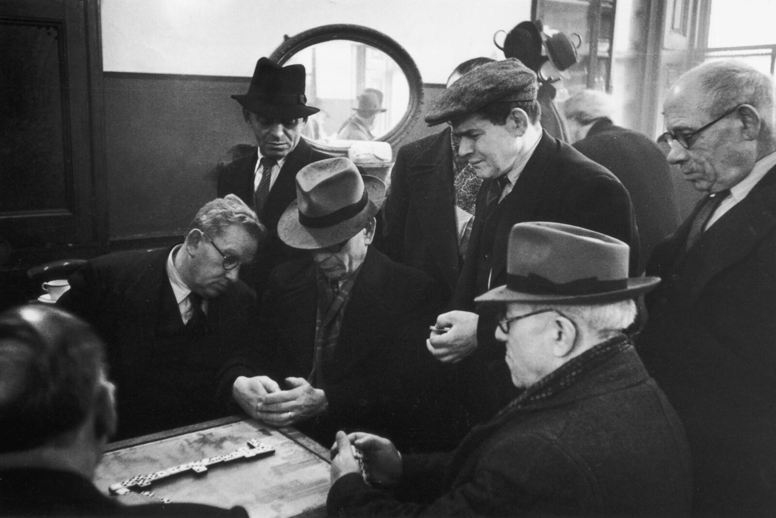 12. Группа евреев играет в домино в лондонском Ист-Энде