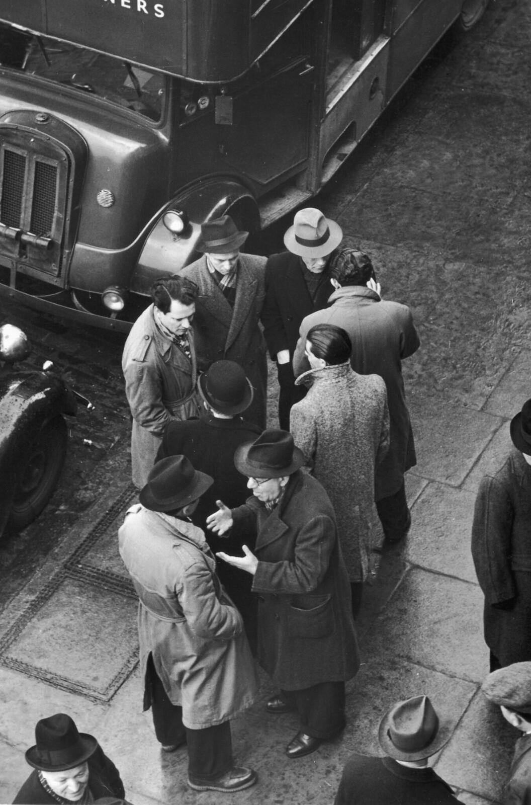 08. Группа евреев беседуют на улице в Уайтчепеле