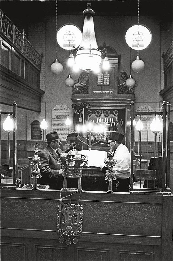 06. Интерьер синагоги на Принслет-стрит в Уайтчепел, 12 апреля