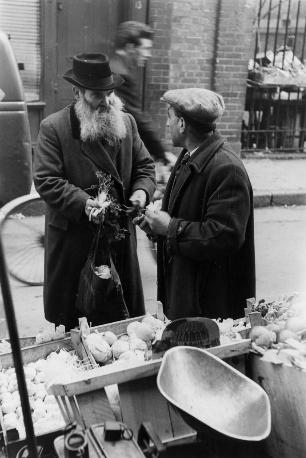 01. Бородатый еврей покупает овощи