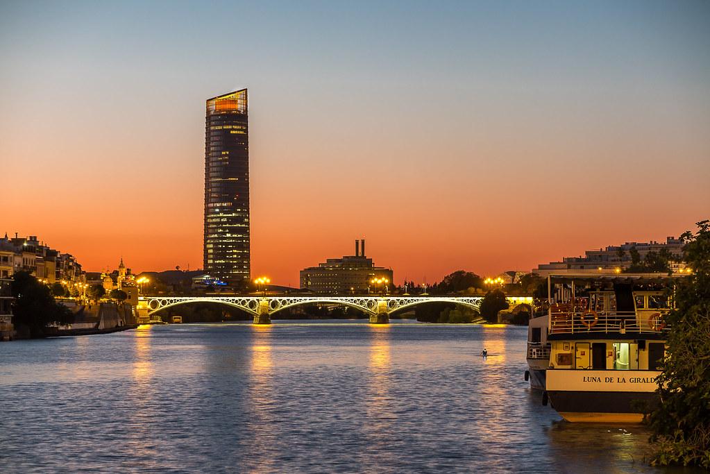 Explore. Junio 19, 2021. Puente de Isabel ll. Torre Sevilla. Darsena del Guadalquivir. Sevilla. España