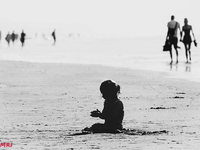 La petite sur la plage