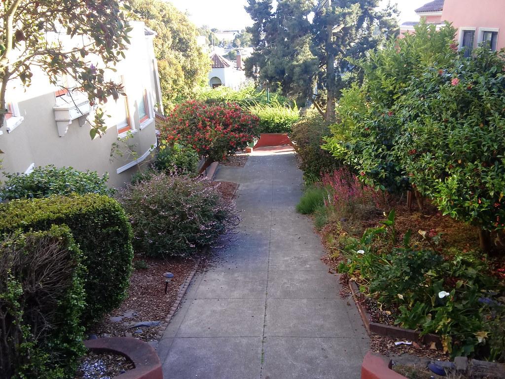 pedestrian route between Kensington Way and Granville Way Claremont Court subdivision, San Francisco   20210610_190457