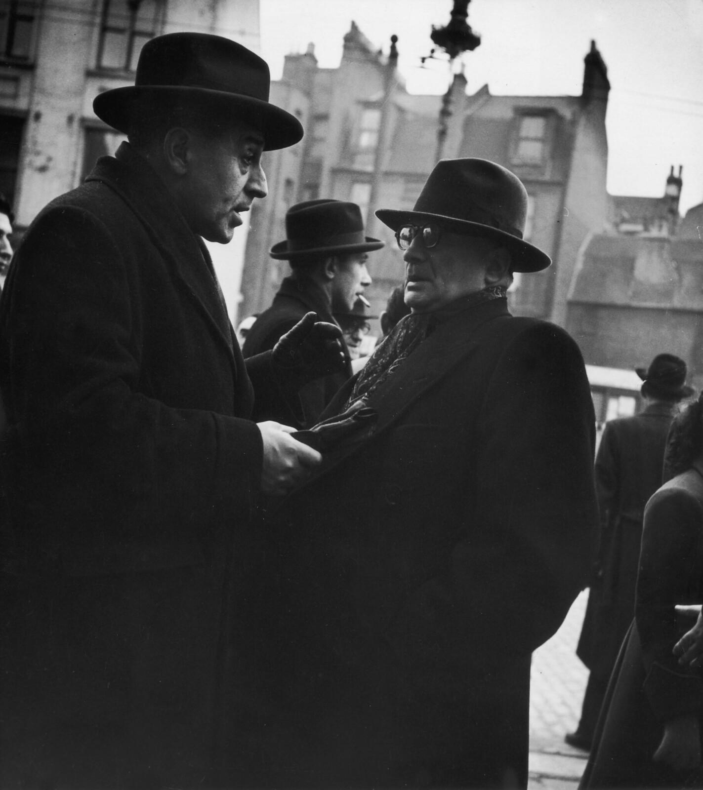 10. Два еврея беседуют на улице Уайтчепела