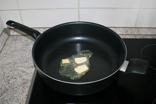 05 - Melt butter in pan / Butter in Pfanne erhitzen