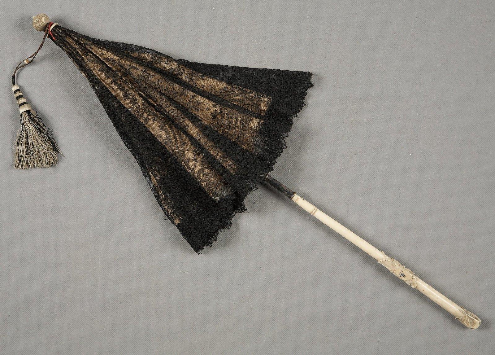 Зонтик-парасоль кружевной с костяной ручкой и монограммой. Середина XIX в.