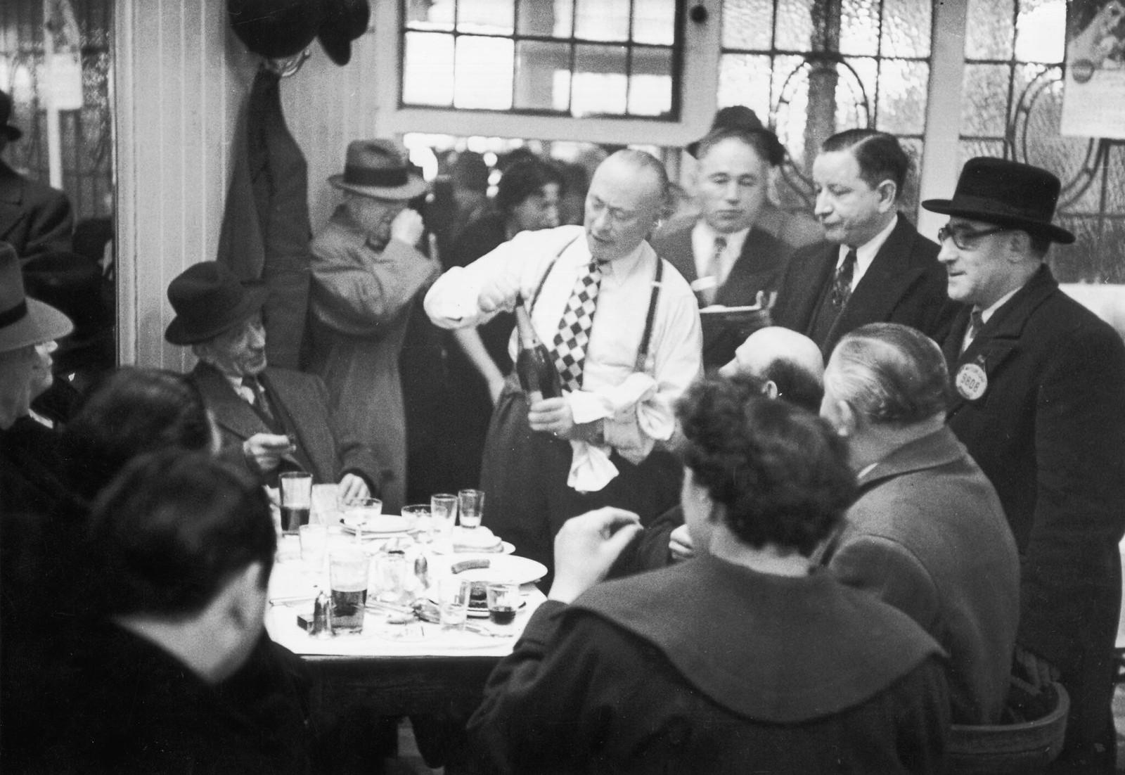 13. Еврей делится бутылкой шампанского с друзьями в лондонском Ист-Энде