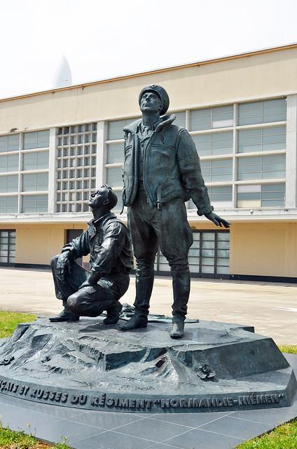 2021.06.17.008 LE BOURGET - Ancien aéroport - Monument aux pilotes français et mécaniciens russe du Rgt Normandie-Niémen