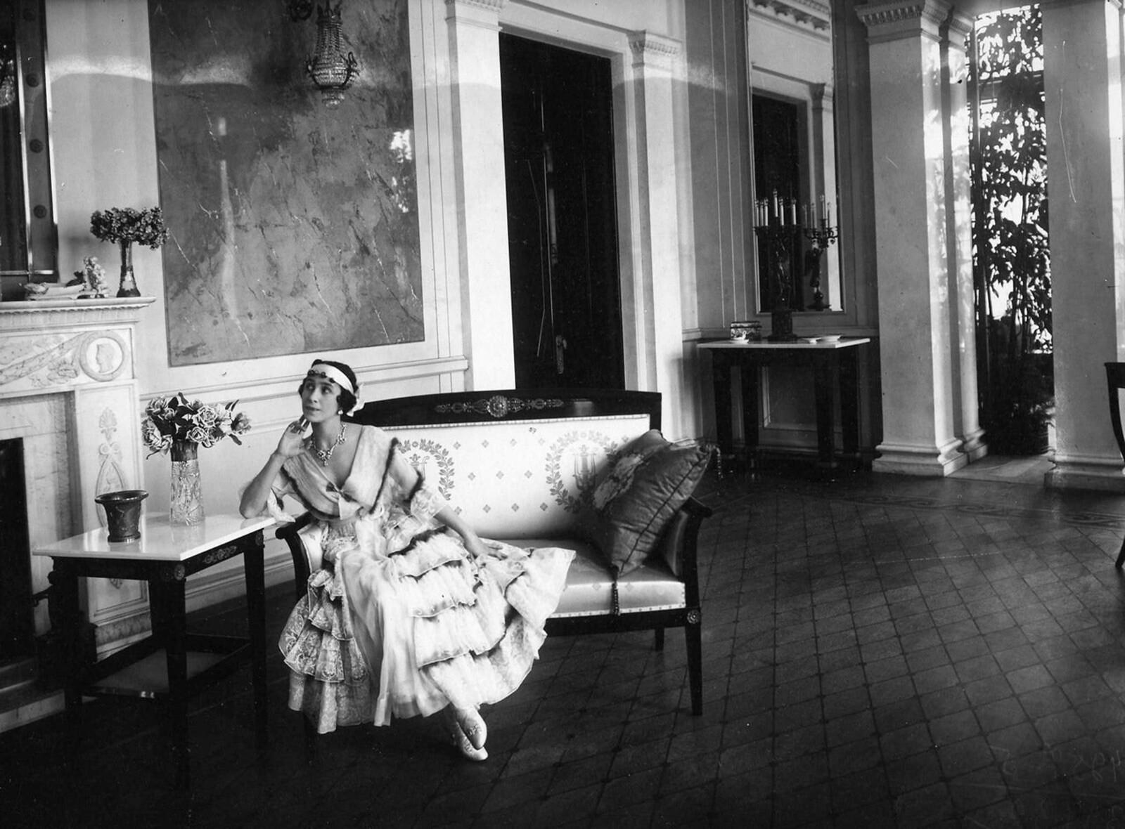 1916. М. Кшесинская в Белом зале своего особняка