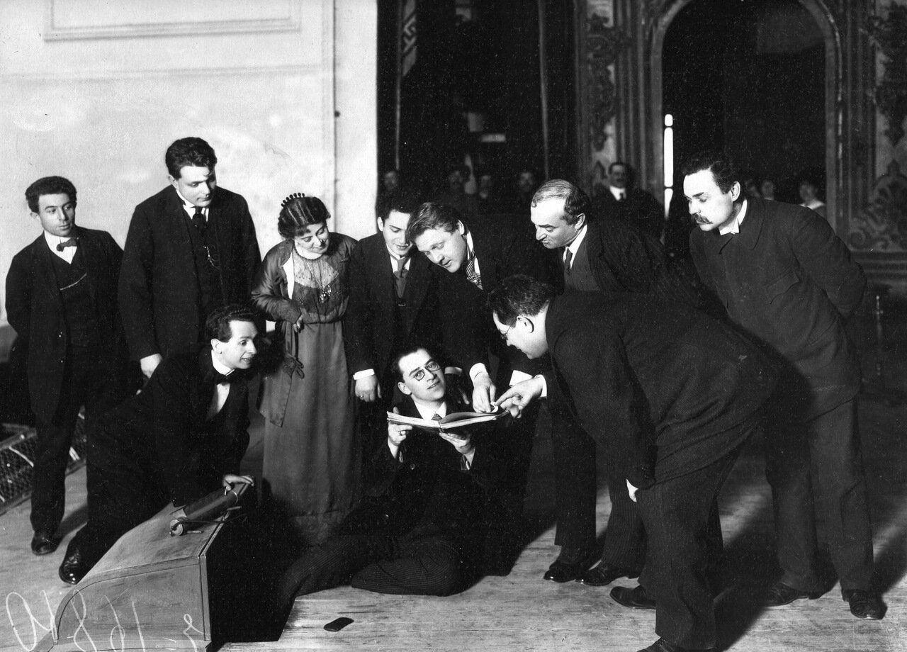 1914. Федор Шаляпин на репетиции оперы «Севильский цирюльник» на сцене театра Народного дома.