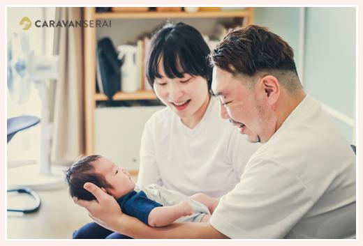 仲睦まじい親子3人 赤ちゃんを抱っこするパパ