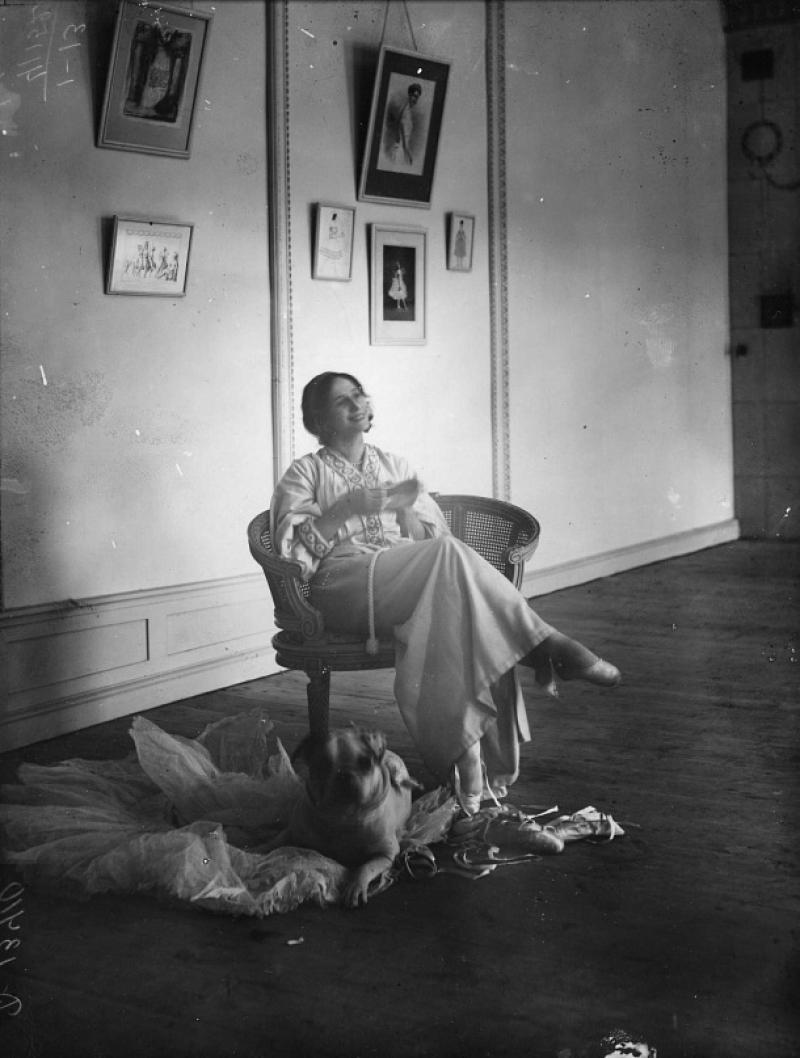 Анна Павлова в репетиционном зале своей квартиры на Офицерской улице