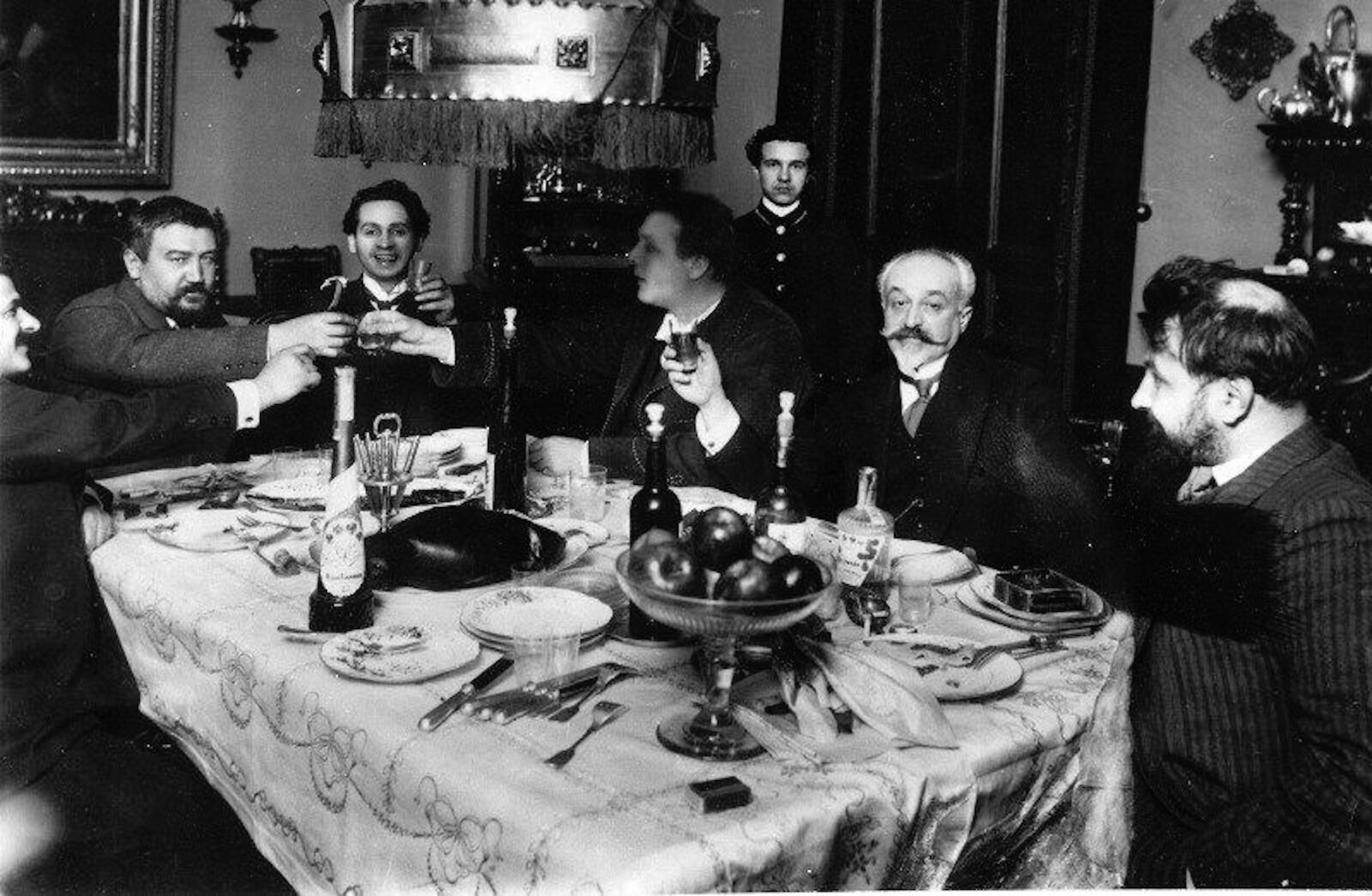 1915. Александр Куприн и Фёдор Шаляпин с друзьями за ужином