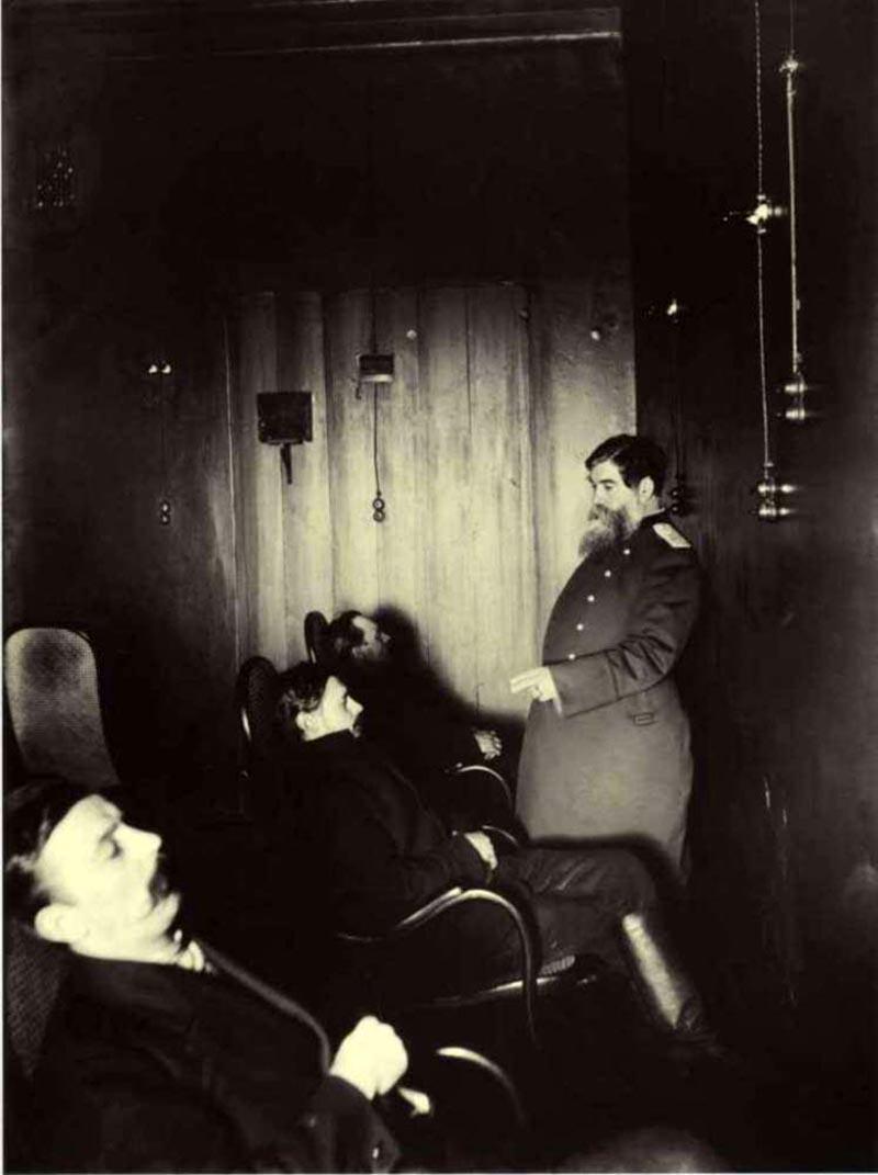 1913. Профессор Бехтерев лечит больных в «гипнотической комнате».