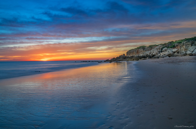 A beach, a sunset - Una playa, un atardecer