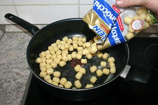 06 - Put gnocchi in pan / Gnocchi in Pfanne geben