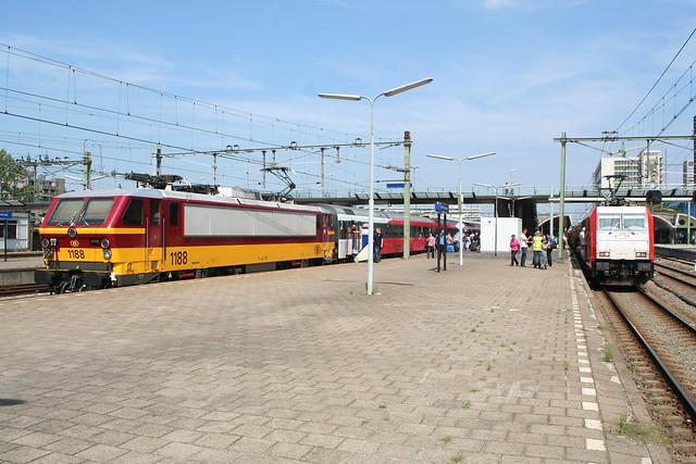 2009-06-23; 0021. NMBS 1188 met Beneluxstam als trein 9248 en Traxx 186 115 met testtrein klaar voor ritten over de HSL. Rotterdam Cs.