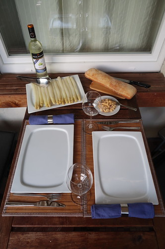 Gedämpfter Spargel mit Sardellen-Butter und Ciabatta (Tischbild)