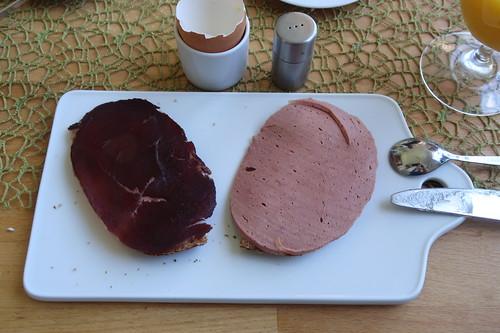 Pferderauchfleisch und Pferdefleischwurst auf Dinkelbrot