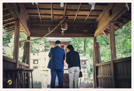お宮参り パパとママの後ろ姿 神社