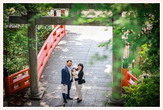 初宮参り 神社の鳥居の下で